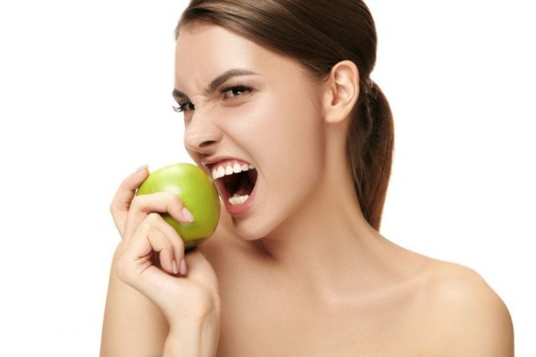 manzana para blanqueamiento dental