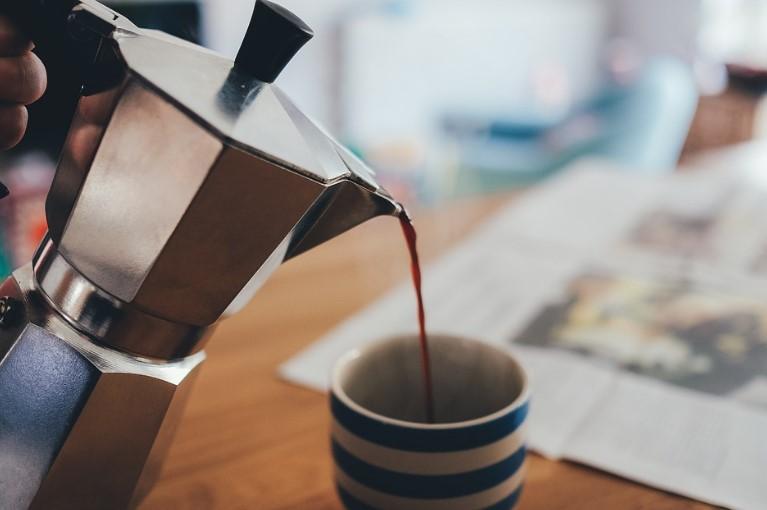 como evitar las manchas de cafe en los dientes